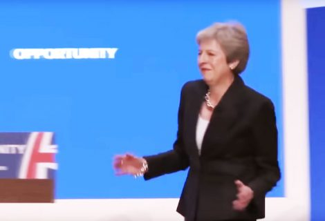 Theresa May é a 'Dancing Queen' dos Abba (vídeo)