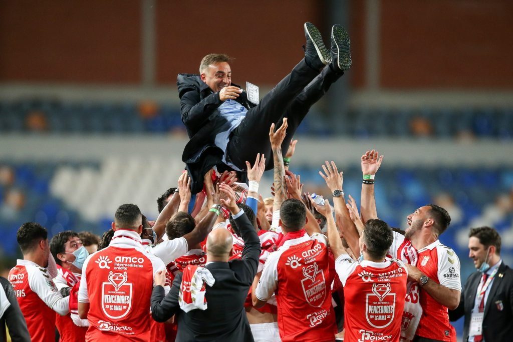 Braga head coach and players celebrate after winning the match of the Portuguese Cup final against Benfica at the final of their Portugal Cup final soccer match held at Cidade de Coimbra Stadium, Coimbra, Portugal, 23 May 2021. Portugal, 23 May 2021. PAULO CUNHA/LUSA