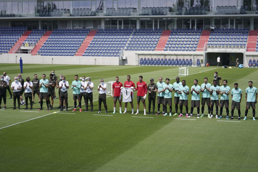 Portugal´s national soccer team and staff pay tribute to former goalkeeper Neno who died yesterday at the Illovszky Rudolf Stadium, Hungay, 11 June 2021. Portugal will face Hungay in their UEFA EURO 2020 group F round soccer match on 15 June 2021. HUGO DELGADO/LUSA